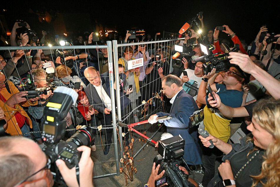 Symbolträchtig öffneten die Bürgermeister von Görlitz Octavian Ursu (CDU, r.) und Rafal Gronicz aus der polnischen Nachbarstadt Zgorzelec den Corona-Grenzzaun.