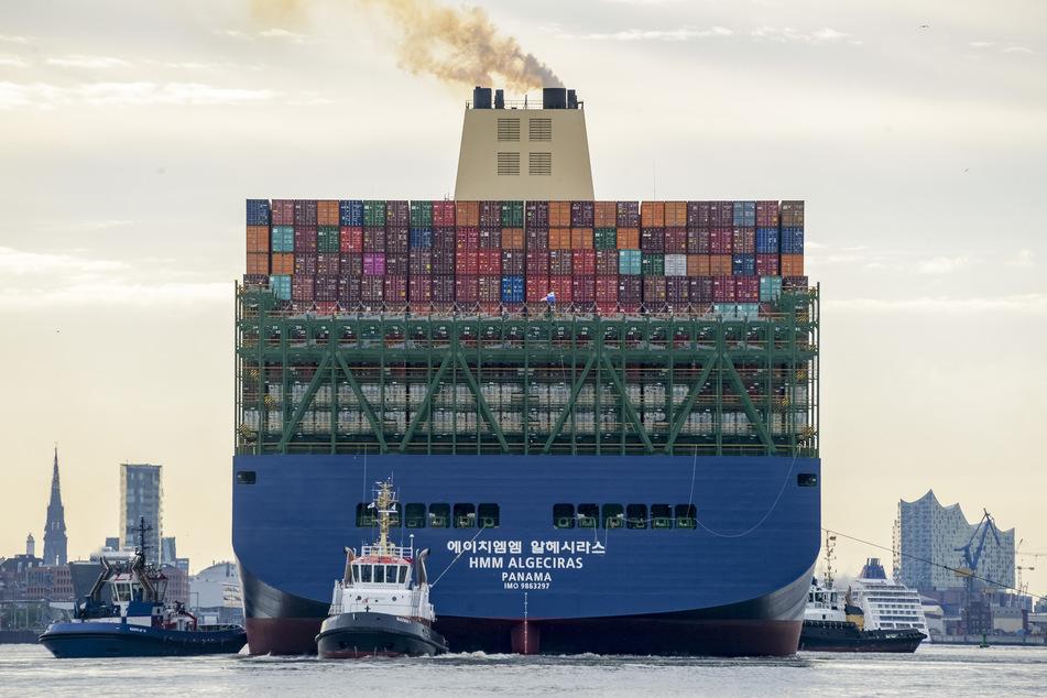 """Das weltgrößte Containerschiff """"HMM Algeciras"""" läuft auf seiner Jungfernfahrt in den Hamburger Hafen ein."""