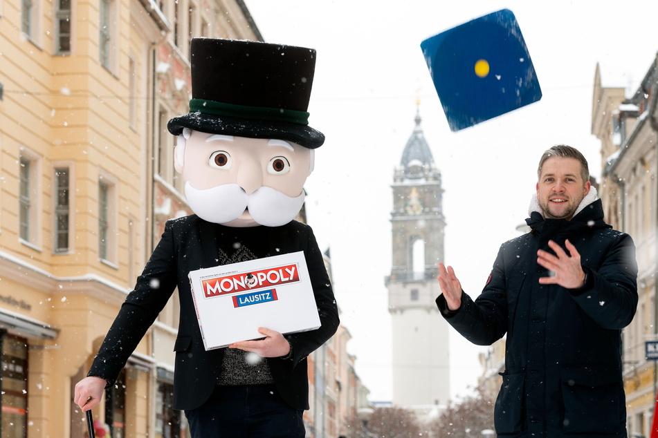 Florian Freitag (33) und Mr. Monopoly sind schon startklar: Noch dieses Jahr wird es eine Lausitz-Ausgabe des berühmten Spiels geben.