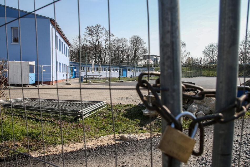 Ein Sportheim ist mit einem Kettenschloss abgesperrt.