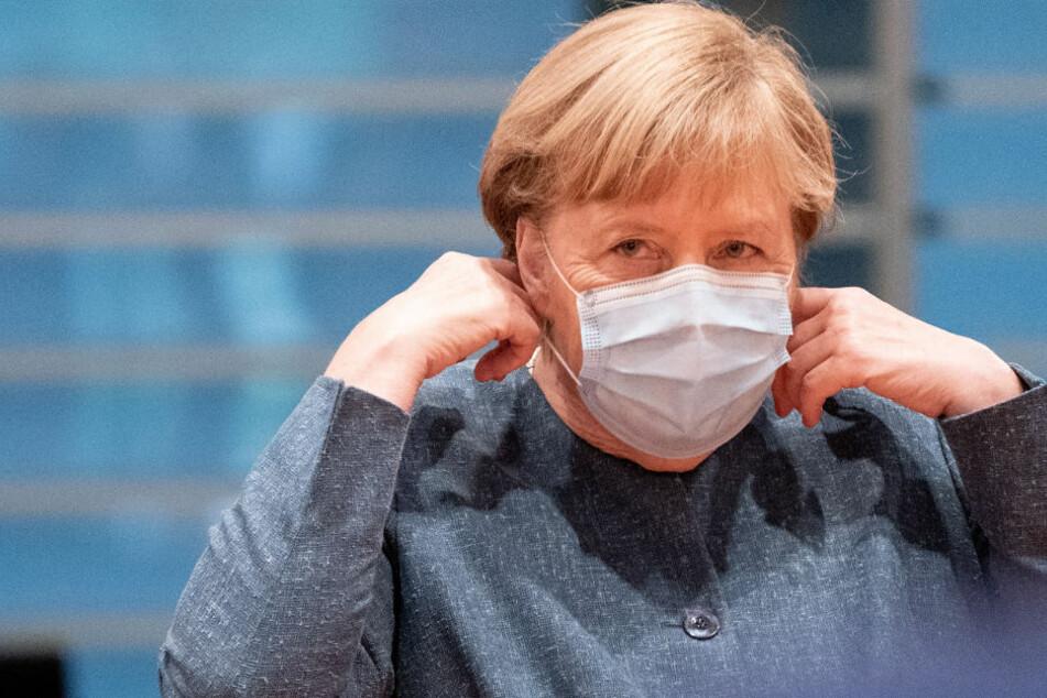 Bundeskanzlerin Angela Merkel (CDU) kommt zur Sitzung vor der Verleihung des Nationalen Integrationspreises mit einem Mund-Nasen-Schutz.