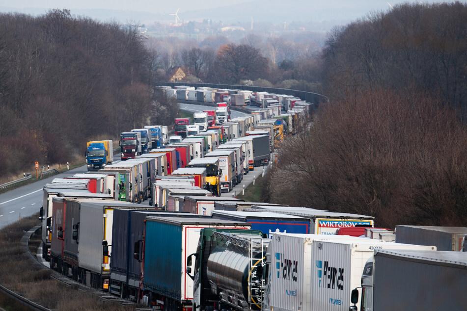 Stau-Chaos wegen Polen-Grenzschließung: 30 Stunden Wartezeit!
