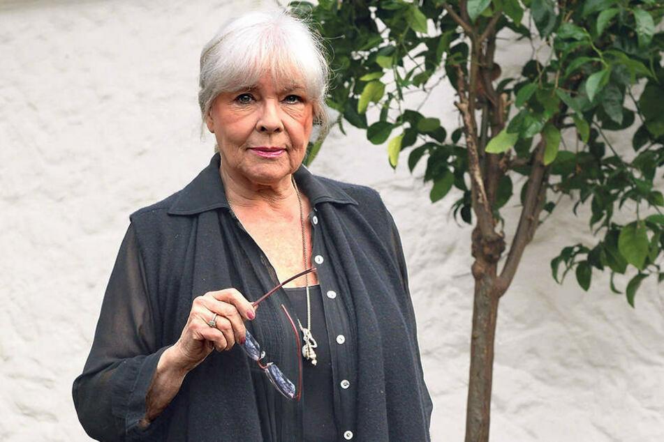 """""""Traumfrau des Ostens"""": Annekathrin Bürger (83) im Garten ihres Hauses in Köpenick."""