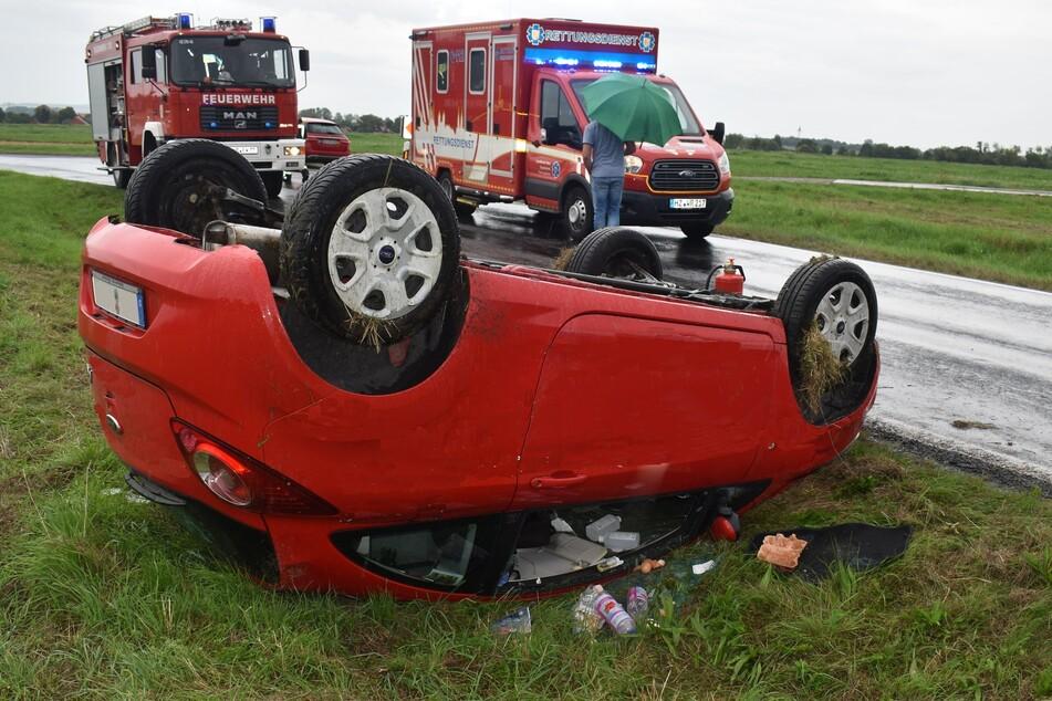 Erst war das Auto auf der Seite gelandet. Als die Fahrerin dann versuchte auszusteigen, kippte der Ford aufs Dach.