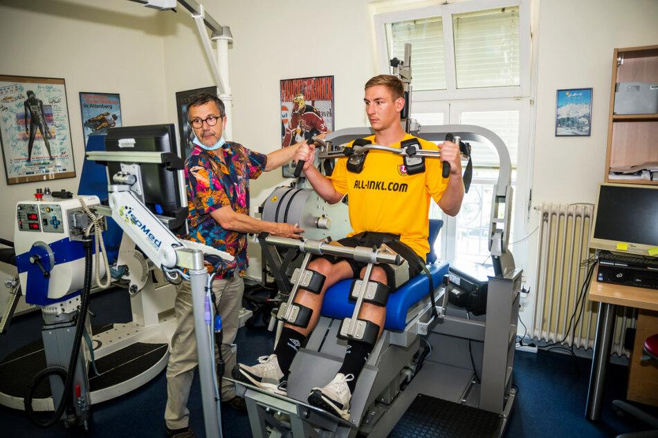 Dynamo-Keeper Kevin Broll (25, r.) am gestrigen Donnerstag bei der sportmedizinischen Untersuchung am Uniklinikum in Dresden.