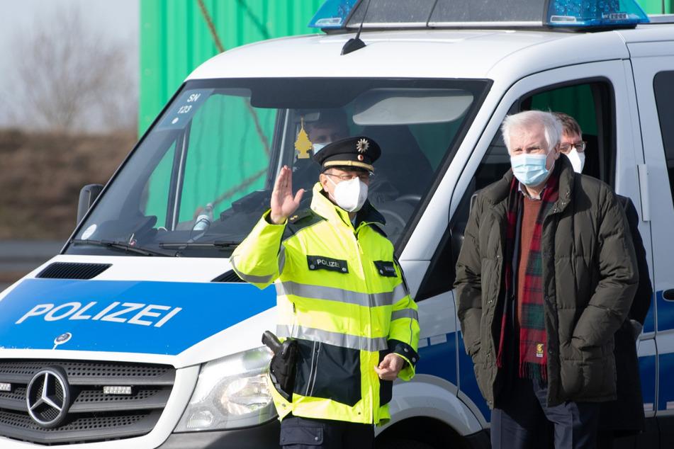 Innenminister Seehofer will sich nicht auf Dauer der Grenzkontrollen festlegen