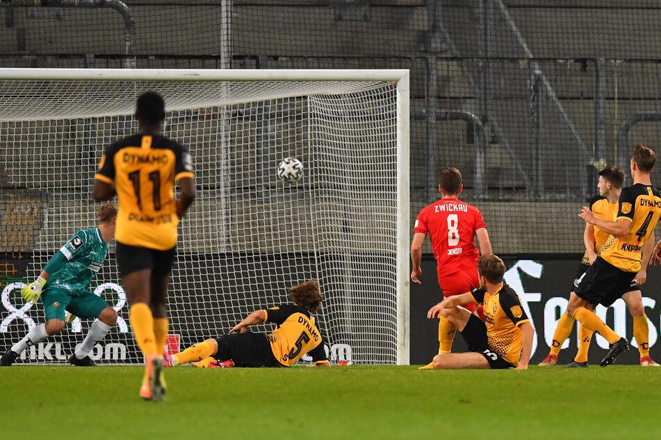 Leon Jensen (Nr. 8) traf gegen Dresden mit diesem Schuss zum 2:1. Heute gegen Türkgücü München will er mit seinen Zwickauern nachlegen.