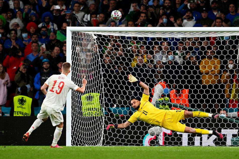 Dani Olmo (l.) jagte seinen Elfmeter über die Latte und schied mit Spanien unglücklich im Halbfinale aus.