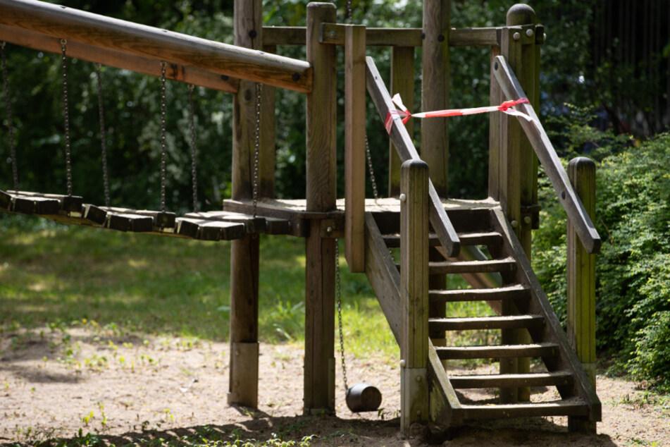 Hakenkreuze und antisemitische Parolen auf Kinderspielplatz geschmiert