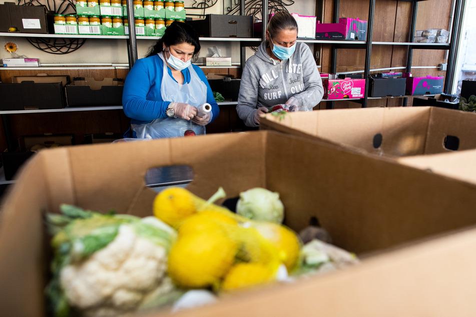 Mitarbeiter von Tafel Dormagen e.V. in Nordrhein-Westfalen bereiten Lebensmittel zur Verteilung vor.