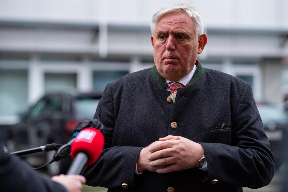 """NRW-Gesundheitsminister Karl-Josef Laumann (CDU) hat den Beginn der Corona-Impfungen als """"großes Weihnachtsgeschenk an die Bevölkerung"""" bezeichnet."""