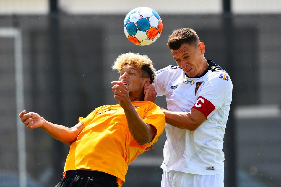 Dynamo um Heinz Mörschel (l.) unterlag Pogon Stettin um Kapitän Damian Dabrowski knapp.