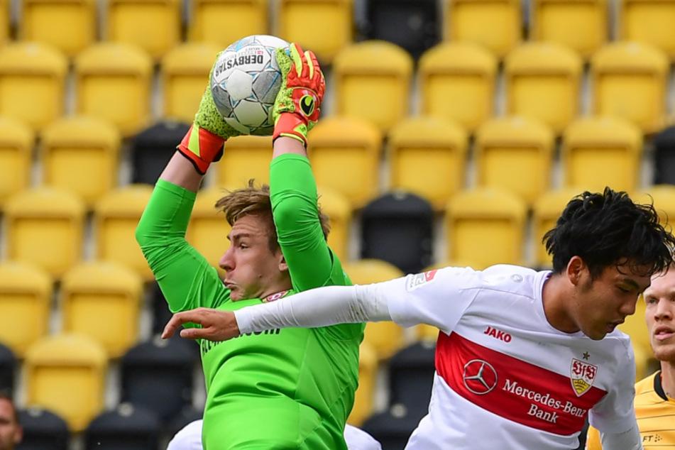 Wataru Endo (r) von Stuttgart in Aktion gegen Torwart Kevin Broll von Dresden.