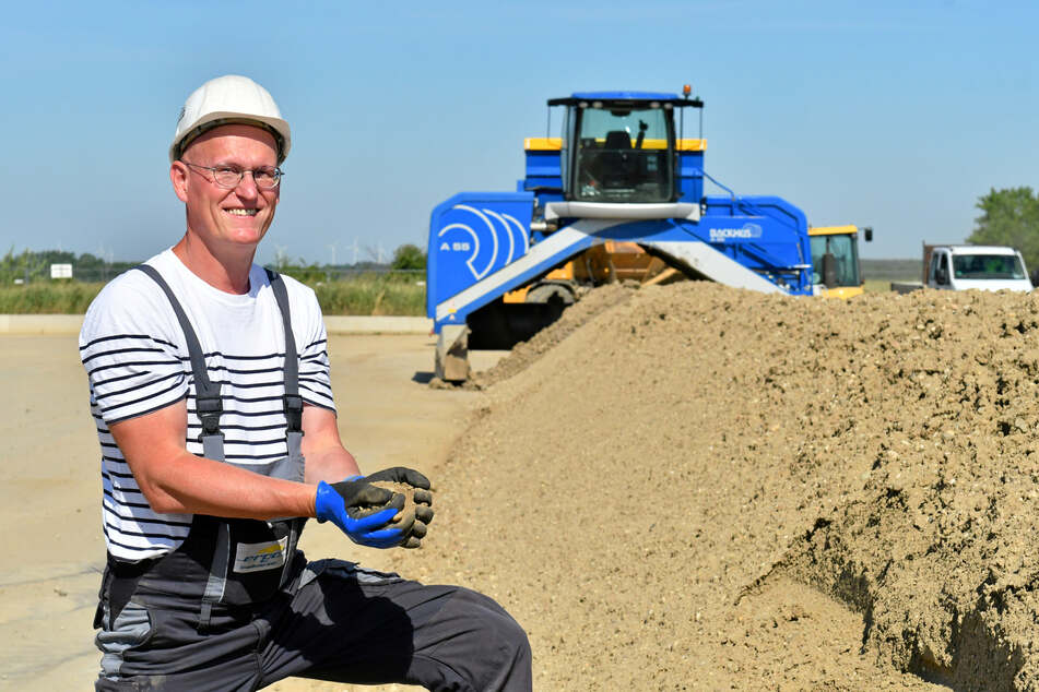 SIB-Projektleiter Silvio Strauß mit gesäuberter Erde. Die eigentliche Arbeit übernehmen Trilliarden von Mini-Lebewesen.