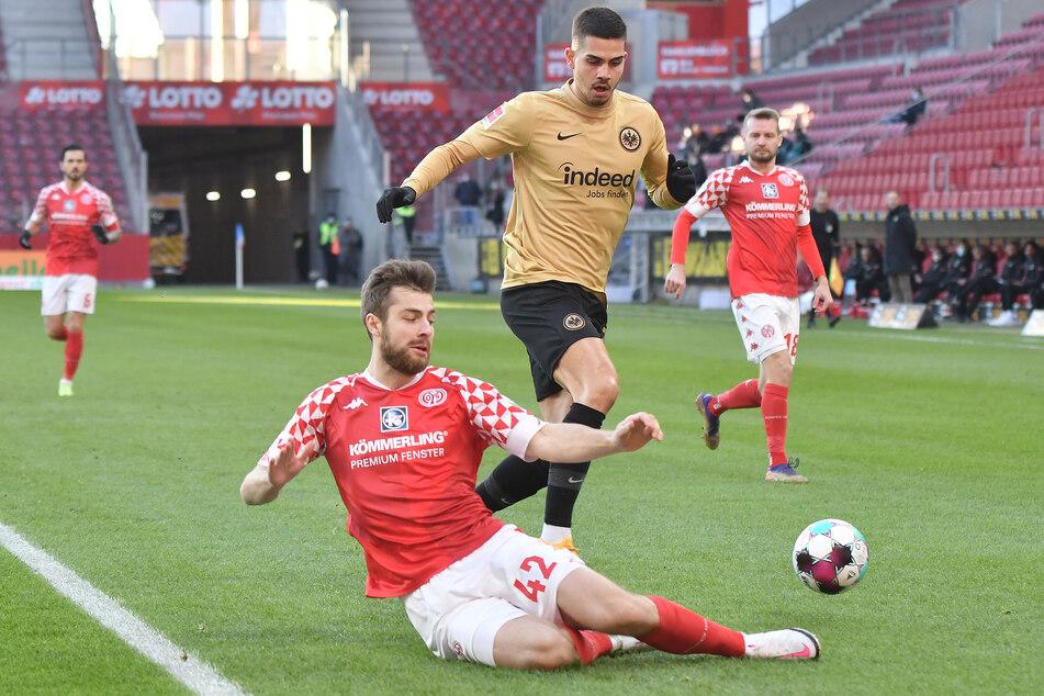 Der Torschütze zum 1:0 für die Eintracht, André Silva (M.) im Zweikampf mit Alexander Hack (l.).