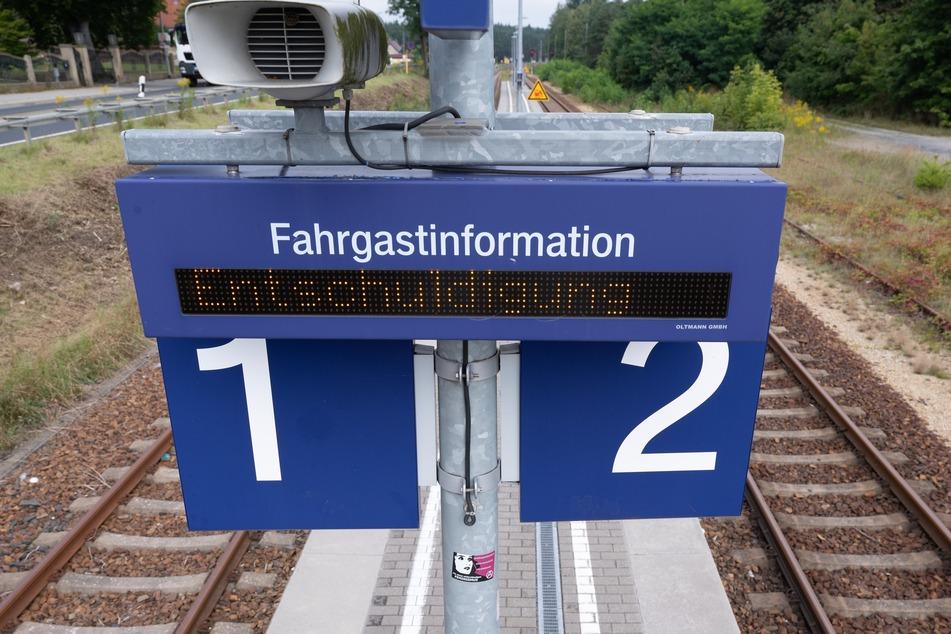"""Das Wort """"Entschuldigung"""" steht auf einer digitalen Anzeigetafel an einem Bahnsteig am Bahnhof Ottendorf-Okrilla Nord. Die dritte Streikrunde in dem laufenden Tarifkonflikt soll bis zum frühen Dienstagmorgen (2 Uhr) dauern."""