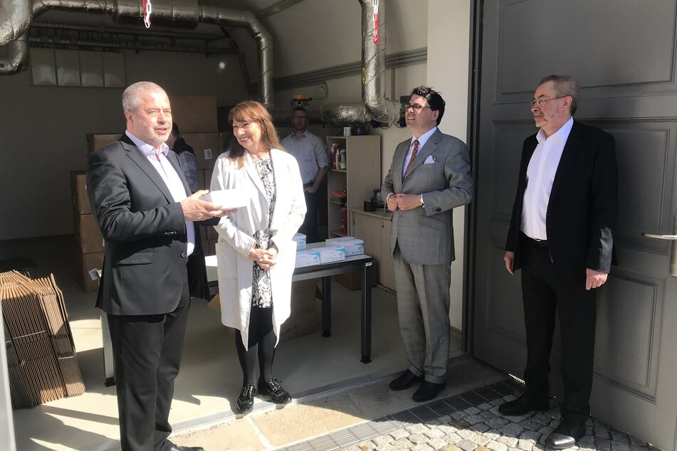 Landrat Michael Geisler und Sozialministerin Petra Köpping nehmen die Masken-Spende bei Schill+Seilacher entgegen.