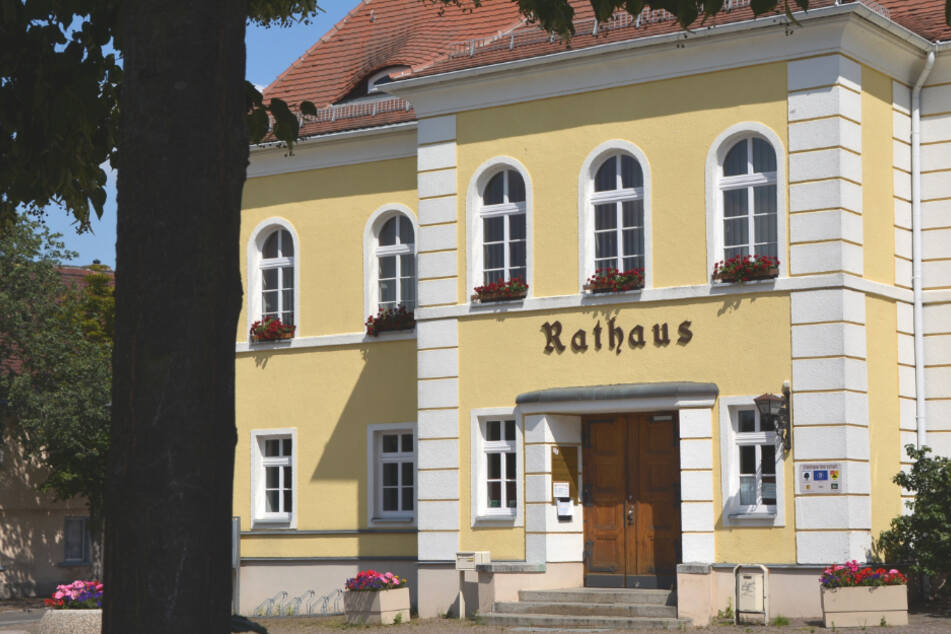 """Vor dem schmucken """"Wolkser"""" Rathaus reichte Roland Geistert in den Vorjahren das Friedenslicht an seine Bürger weiter. Diesmal geschah das pandemiebedingt in der Kirche gegenüber."""