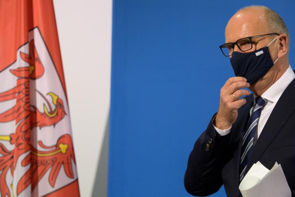 Dietmar Woidke (SPD), Ministerpräsident von Brandenburg, erläutert während einer Pressekonferenz in der Staatskanzlei die neuen Regeln für das Land Brandenburg zum Umgang mit der Corona-Pandemie.