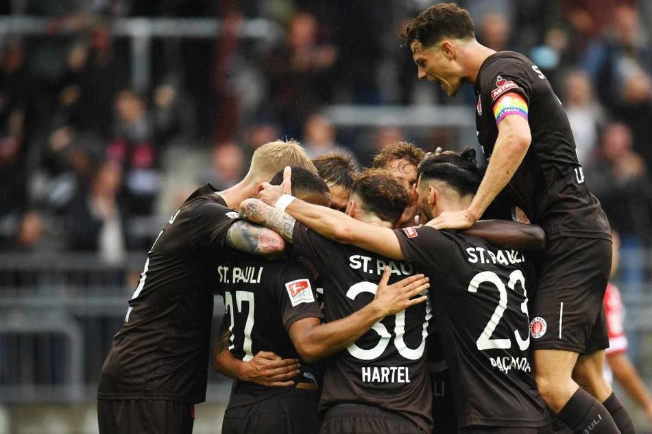 Der FC St. Pauli jubelt nach Sieg über den SSV Jahn Regensburg.