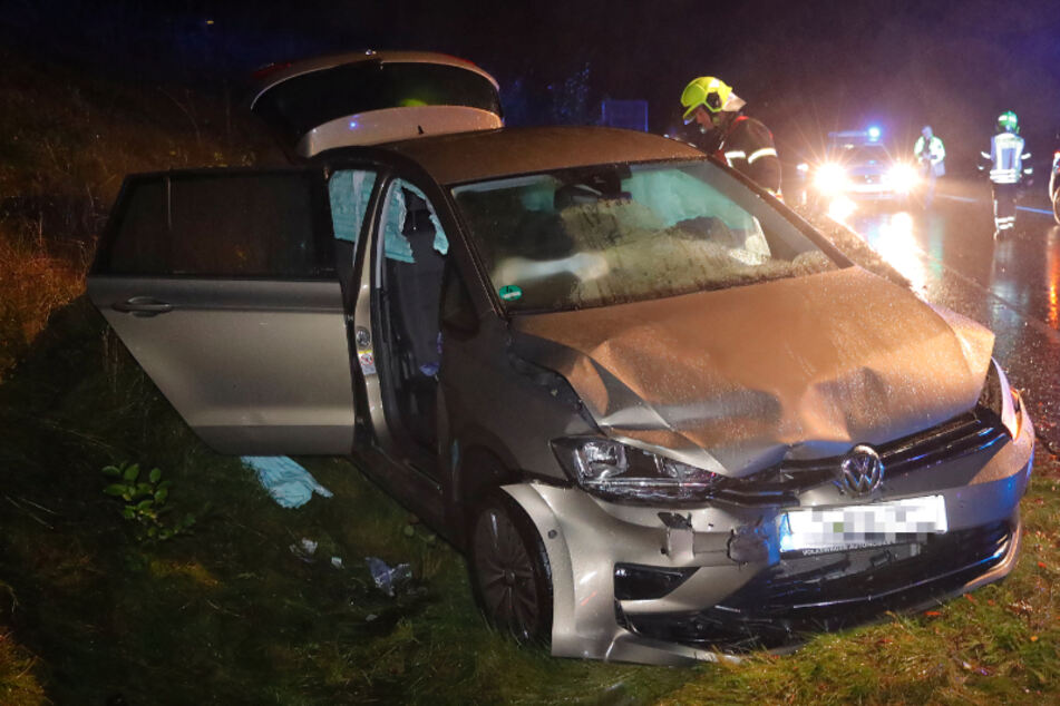 Crash auf der Neefestraße im Chemnitzer Ortsteil Reichenbrand! Ein VW fuhr falsch in den Kreisverkehr ein, krachte frontal mit einem weiteren VW zusammen.