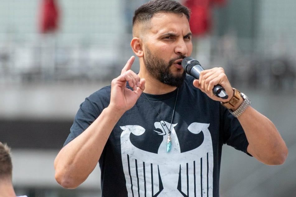 T-Shirts dieser Art trägt Attila (39) sehr oft. Hier spricht er bei einer Kundgebung in Berlin Anfang Juli. Mit Maske sieht man ihn nie.