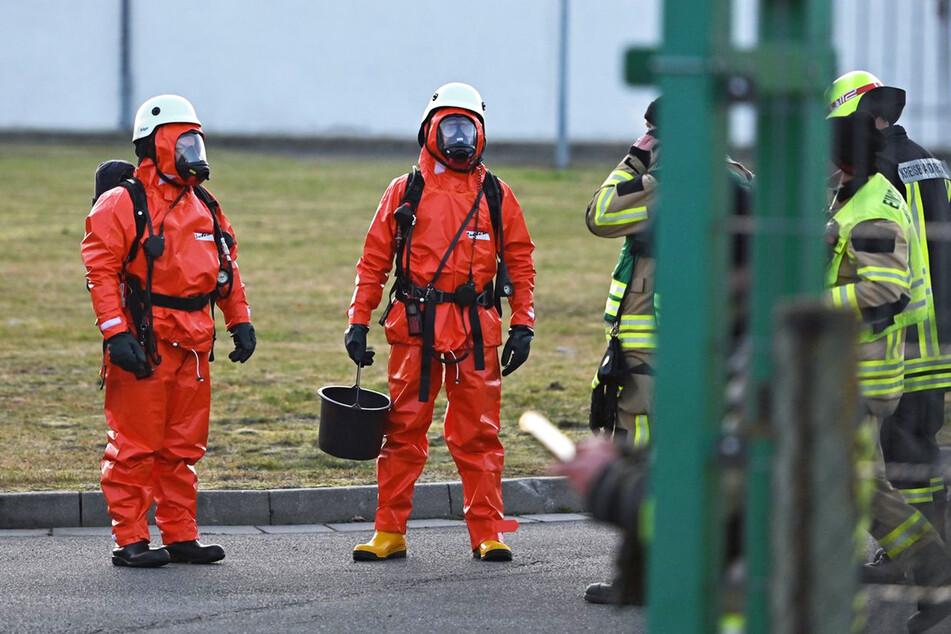 Zwei Spezialkräfte bereiten sich auf ihren Einsatz im Container vor.