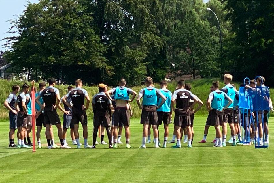 Die Kicker des FC St. Pauli lauschen in der Trainingseinheit am Freitag den Anweisungen von Coach Timo Schultz (43, verdeckt).