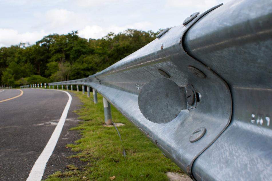 Frau (48) wird bei Unfall in Auto eingeklemmt und stirbt