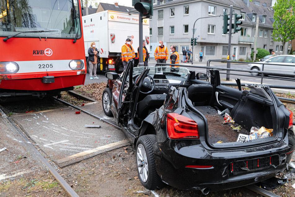 Der BMW war nach der Kollision mit der KVB-Bahn und dem Rettungseinsatz schrottreif.