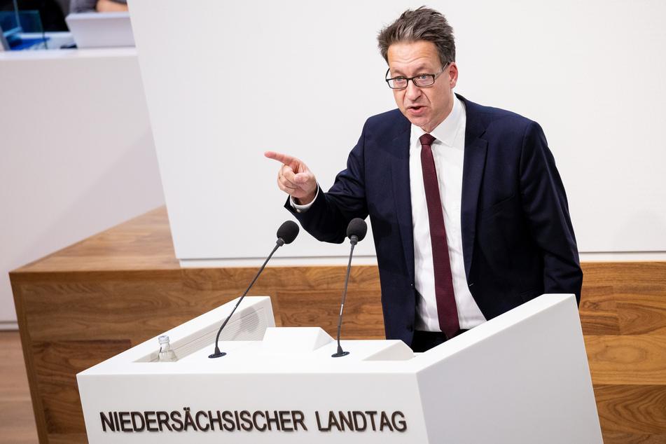 Stefan Birkner (48), Vorsitzender der niedersächsischen FDP-Landtagsfraktion, wirft Weil eine indirekte Impfpflicht vor.