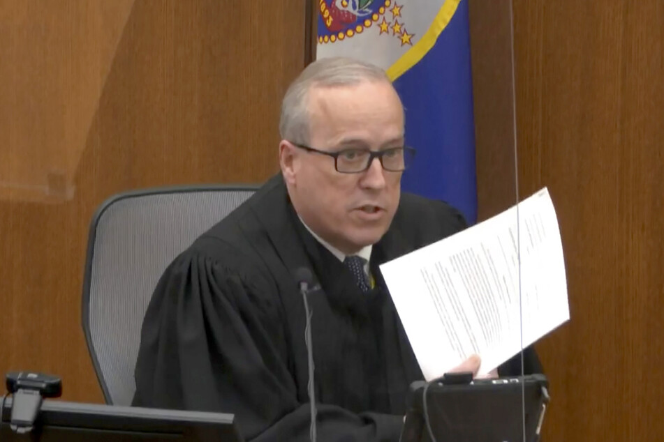 Richter Peter Cahill verliest im Hennepin County Gericht Anweisungen an die Jury, kurz bevor die Schlussplädoyers gehalten werden.