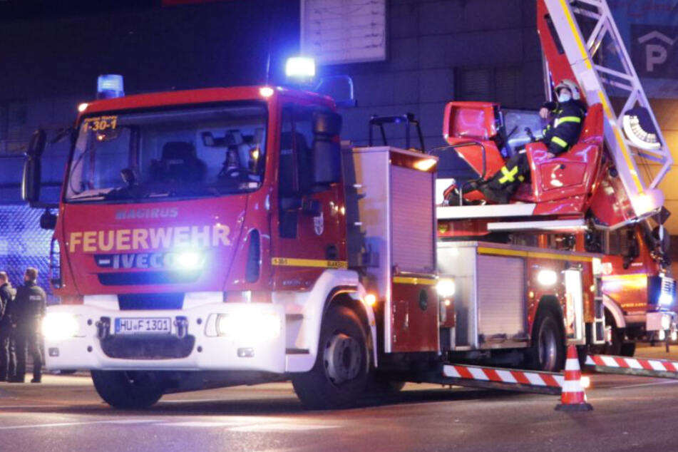 Rund 50 Einsatzkräfte der Feuerwehr rückten am Mittwochabend in die Friedrich-Ebert-Anlage in Hanau aus.