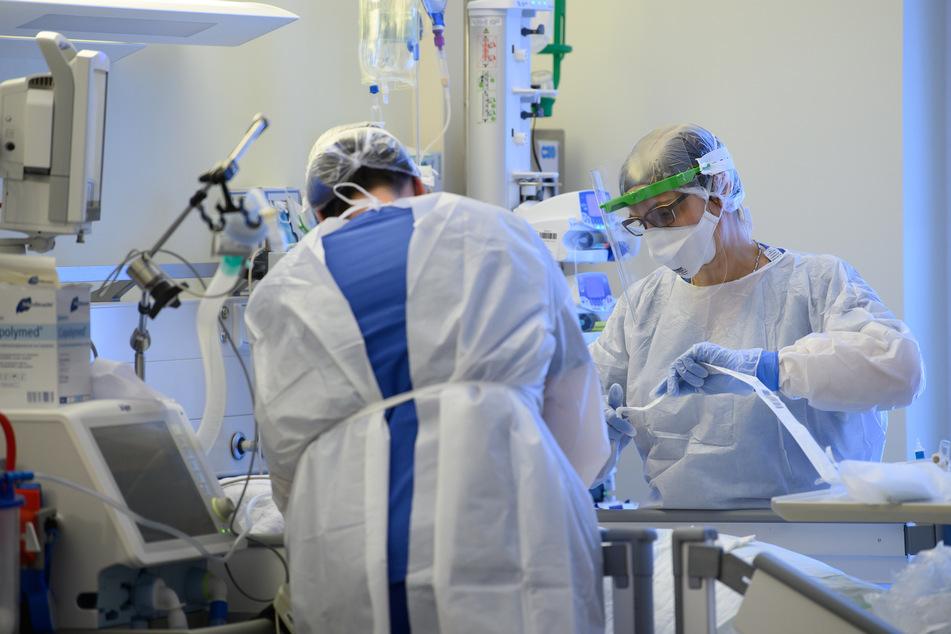 Intensivpflegerinnen sind auf eienr Covid-19-Intensivstation in Pulsnitz mit der Versorgung von Corona-Patienten beschäftigt.