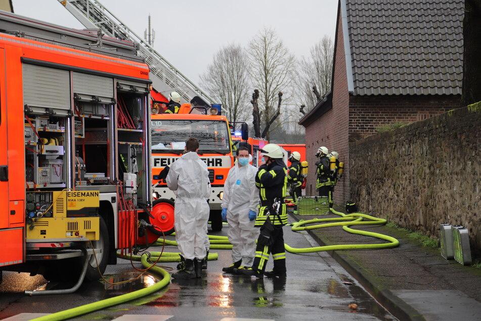 Die Feuerwehr Köln konnte die Frau nur noch tot aus der Dachgeschoss-Wohnung bergen.