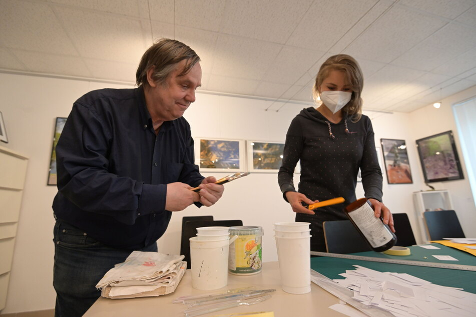 """""""denkART""""-Vorsitzender Hellfried Malech (70) und Künstlerin Sara M. T. Richter bereiten die Mal-Utensilien zum Mitmachen vor."""