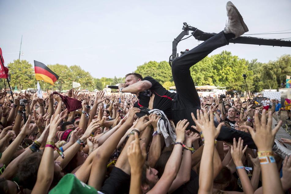 So soll es beim Mega-Konzert auch wieder aussehen: Kraftklub-Frontmann Felix Kummer beim Crowdsurfen.