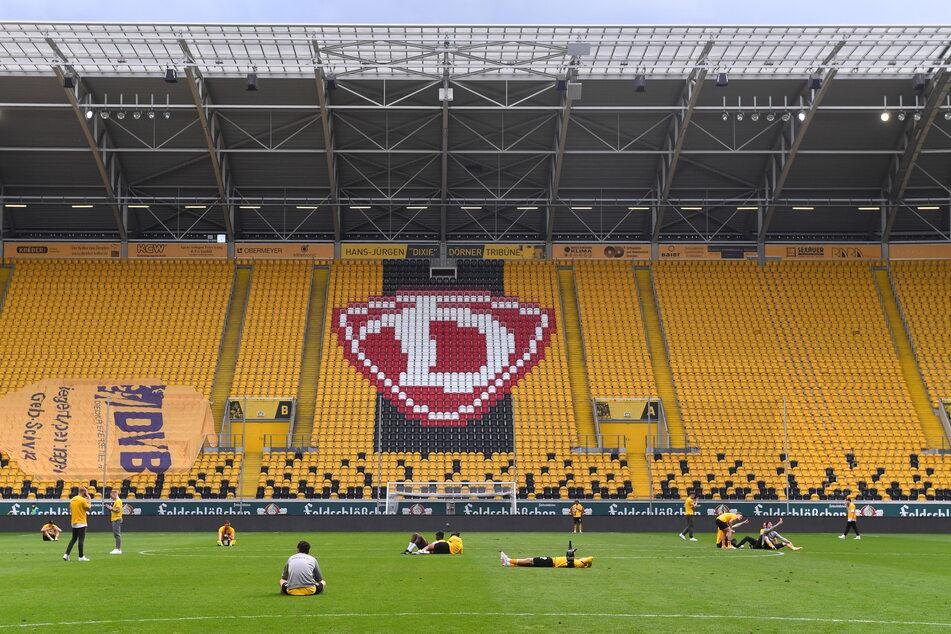 Nach dem geschafften Aufstieg entspannten die Dynamo-Profis auf dem Rasen des Harbig-Stadions. Auch die finanzielle Lage hat sich dank der Stadt entspannt.