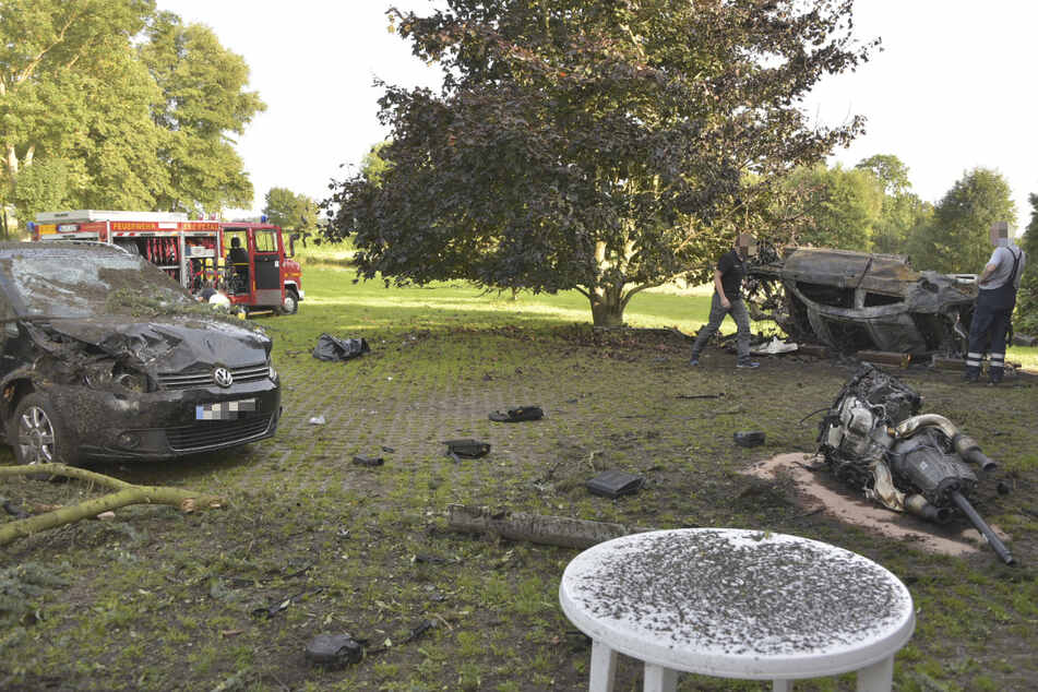 Durch den Unfall wurden Motorblock und Getriebe aus dem Mercedes geschleudert.