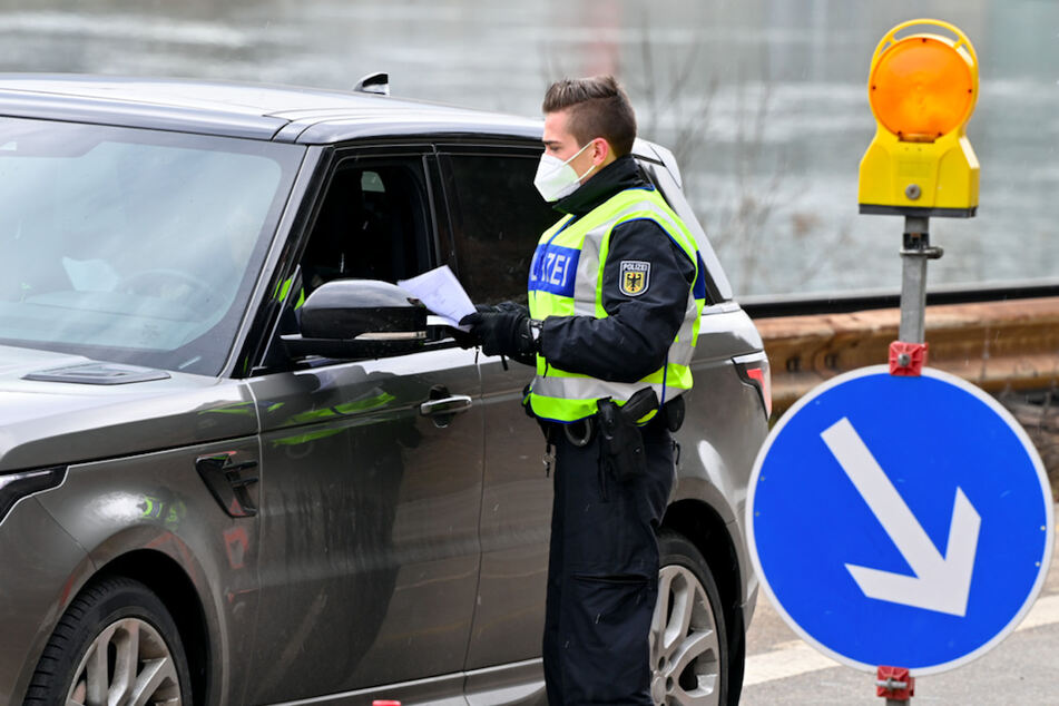 Beamte der deutschen Bundespolizei kontrollieren auf der Landstraße am Grenzpunkt zwischen Kufstein (Österreich) und Kiefersfelden (Deutschland) die aus Österreich mit dem Pkw einreisenden Personen.