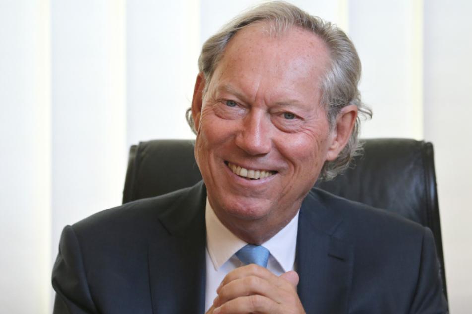 Schönheits-Chirurg Professor Werner Mang sitzt in seinem Büro in der Bodensee Klinik bei einem Interview im August.