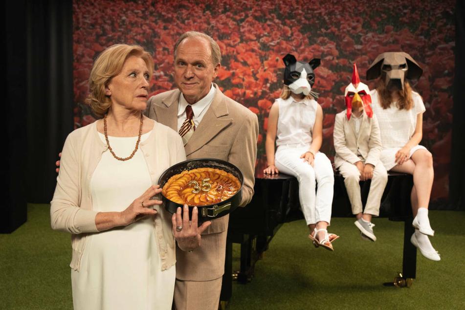 """Maren Kroymann (72) wird am Donnerstag in der ZDF-Komödie """"Mutter kündigt"""" zu sehen sein. Darin spielt sie Carla, eine Mutter die ihren erwachsenen Kindern kündigt, weil sie immer noch übel von ihrem Familienleben mit ihrem inzwischen gestorbenen Ehemann Paul (Ulrich Tukur, 2.v.l.) träumt."""