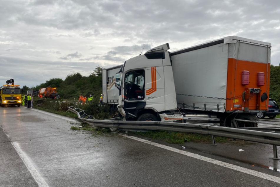 Unfall A5: Trümmerfeld auf der A5: Lkw kracht durch Mittelleitplanke