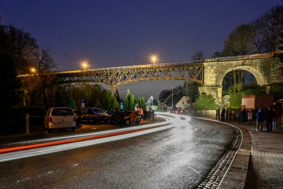 Es werde Licht! Das Rabensteiner Viadukt in Chemnitz wurde am Donnerstagabend probeweise beleuchtet. Einige Chemnitzer waren live vor Ort, schauten sich die Licht-Show an.