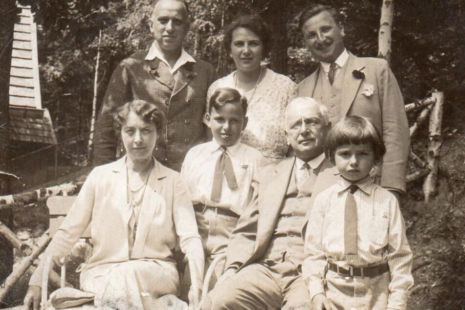 Margarethe Oppenheimer (vorne, l-r), Karl (später Charles) Francis Herzberg, Dr. Franz Oppenheimer und Hans (später John) Peter Herzberg auf einem Familienfoto Mitte 1930. Die Sammlung stammte von Franz und Margarethe Oppenheimer.