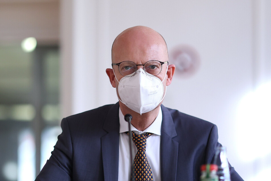 Wegen verfrühter Corona-Impfungen: Gegen Halles Oberbürgermeister Bernd Wiegand (63, parteilos) sind drei Strafanzeigen eingegangen.