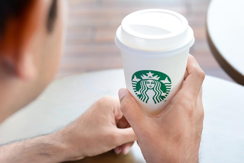 Nichtsahnend kaufte sich ein Polizist einen Frappuccino in einer Starbucks-Filiale. (symbolbild)