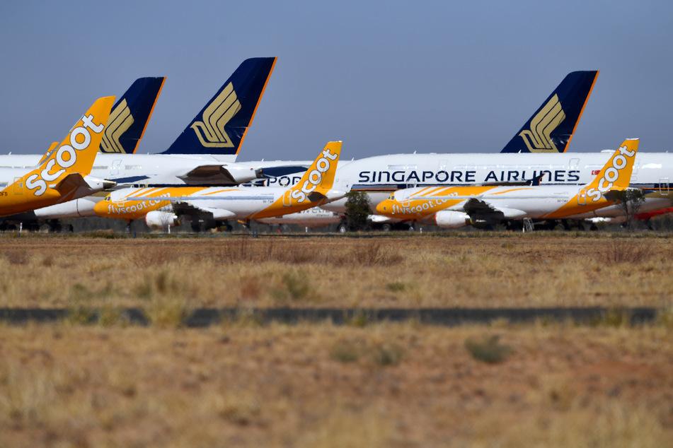 """Flugzeuge stehen am Flughafen Alice Springs auf dem Gelände des Flugzeugwartungsunternehmens """"Asia Pacific Aircraft Storage"""" in Australien. Aufgrund der Corona-Pandemie und des damit verbundenen geringen Luftfahrtaufkommens wurden die Flugmaschinen am Boden geparkt."""