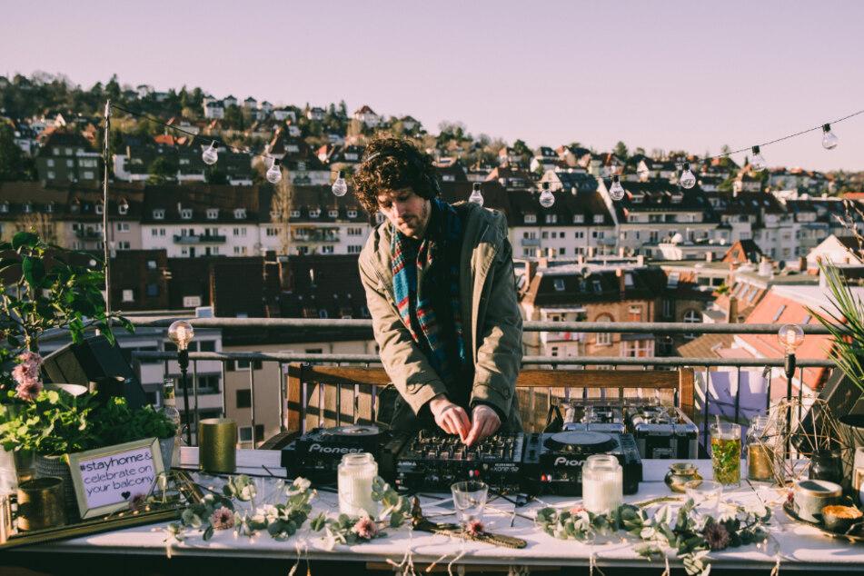 DJ Tim Tenckhof legt auf einer Dachterrasse auf.
