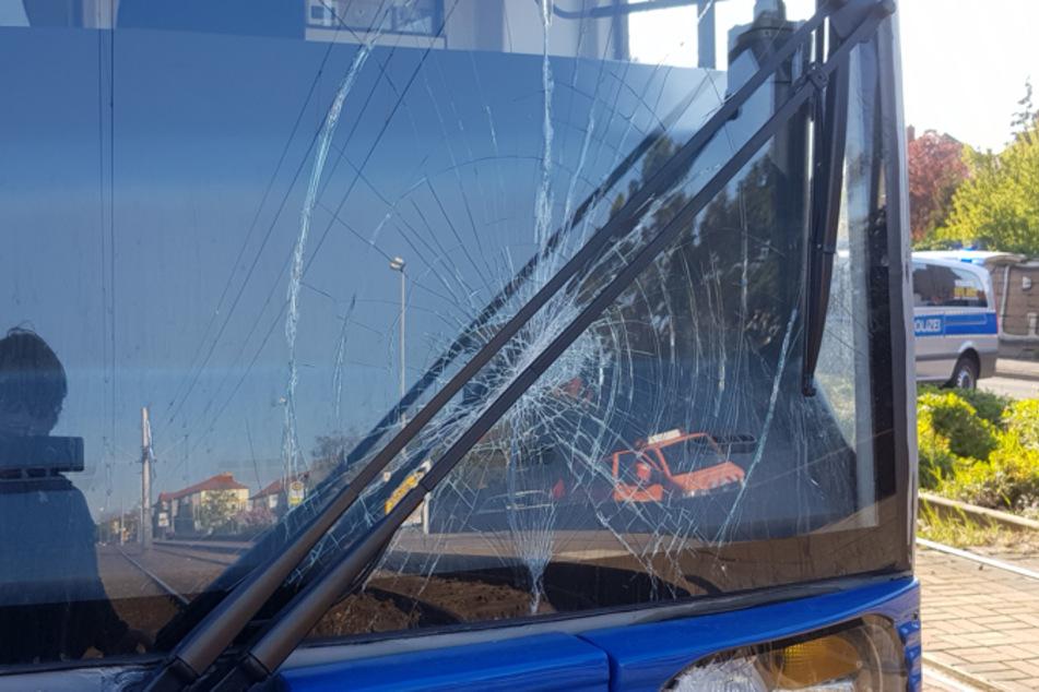Radfahrer übersieht Straßenbahn und wird erfasst